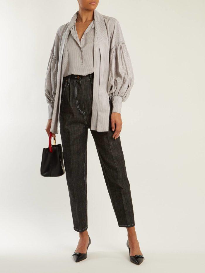 серая блуза и укороченные брюки