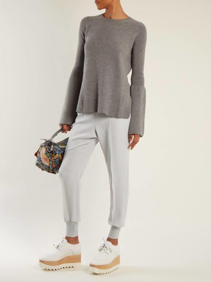 серый свитер и белые брюки