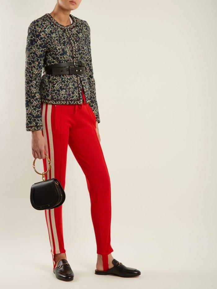 пиджак с принтом и красные брюки