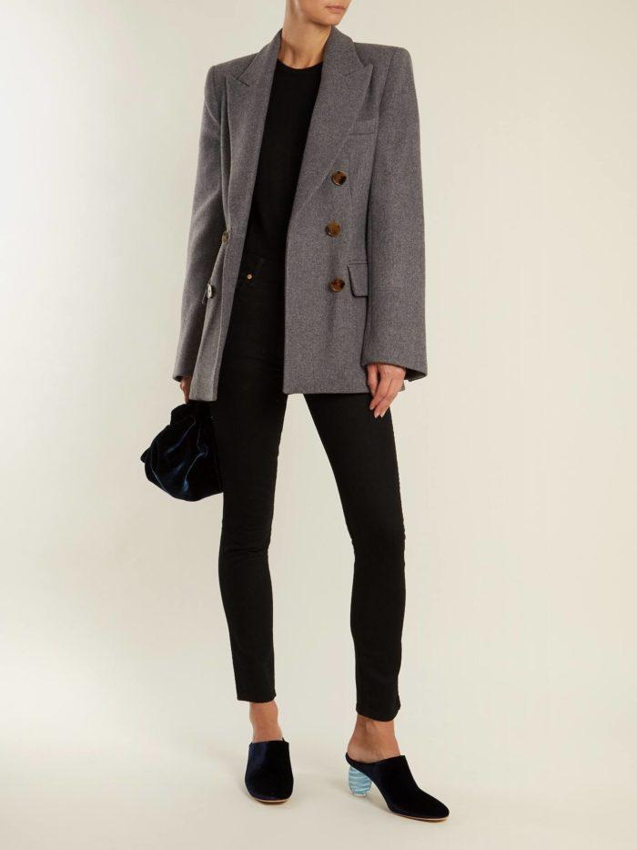 серый пиджак и брюки скинни