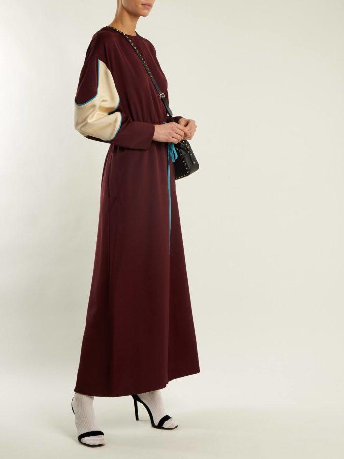 бордовое макси платье с вставками на рукавах