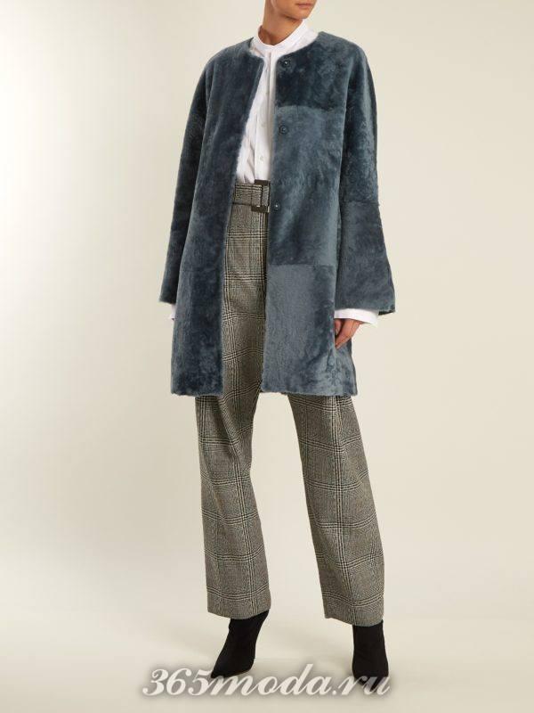 синяя шуба миди и брюки с принтом