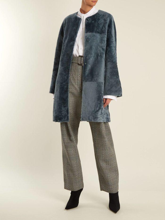Модные цвета осень-зима 2019-2020: синяя шуба миди и брюки с принтом