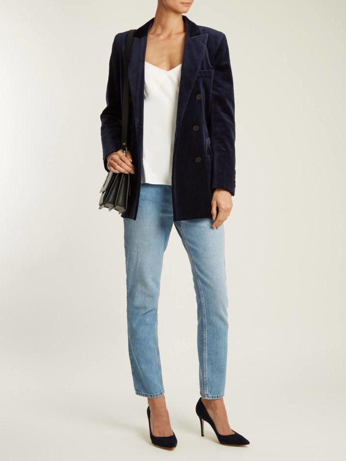 Модные цвета осень-зима 2019-2020: вельветовый пиджак и голубые джинсы