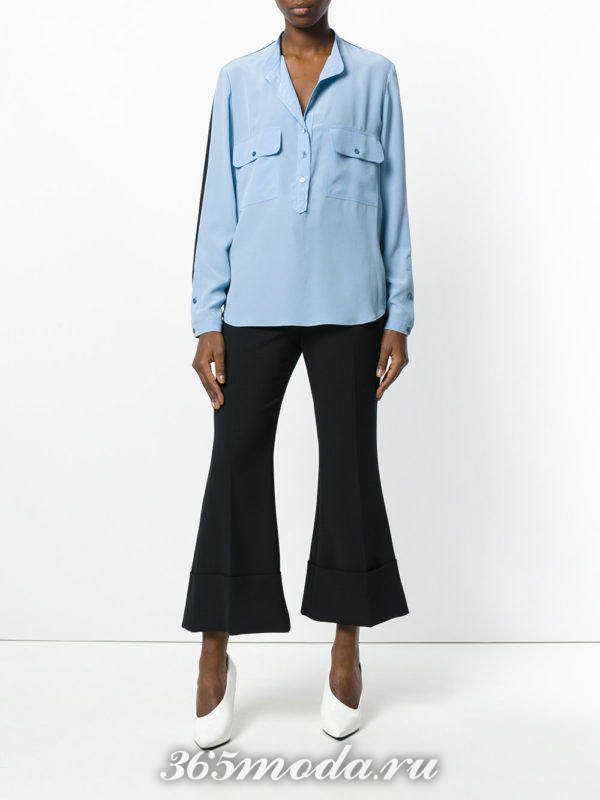 черные брюки клеш и голубая блузка