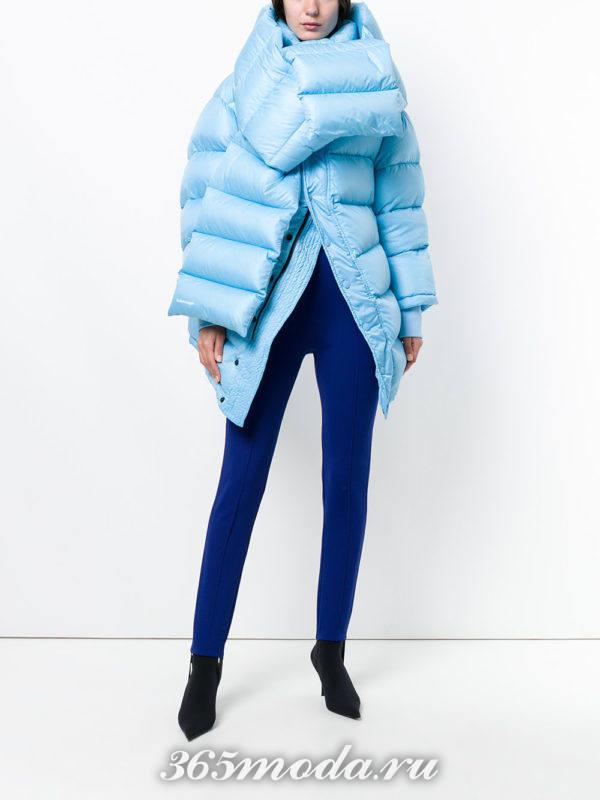 синие брюки и асимметричный пуховик