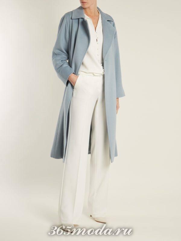 синее пальто и белые брюки