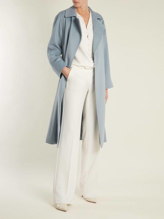 Модные цвета осень-зима 2019-2020: синее пальто и белые брюки
