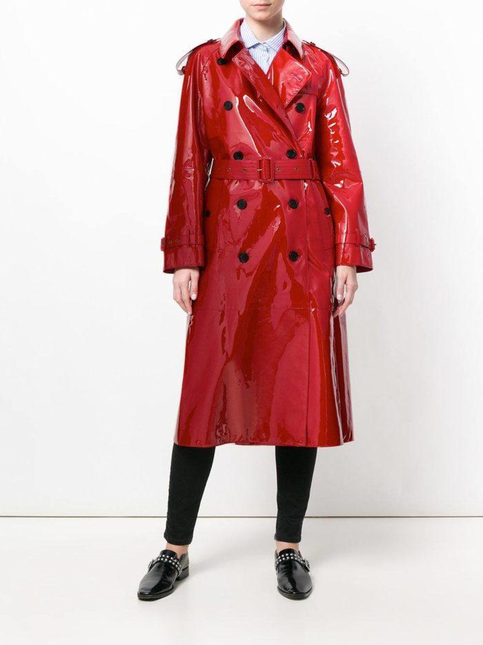 Модные цвета осень-зима 2019-2020: лаковый красный плащ миди