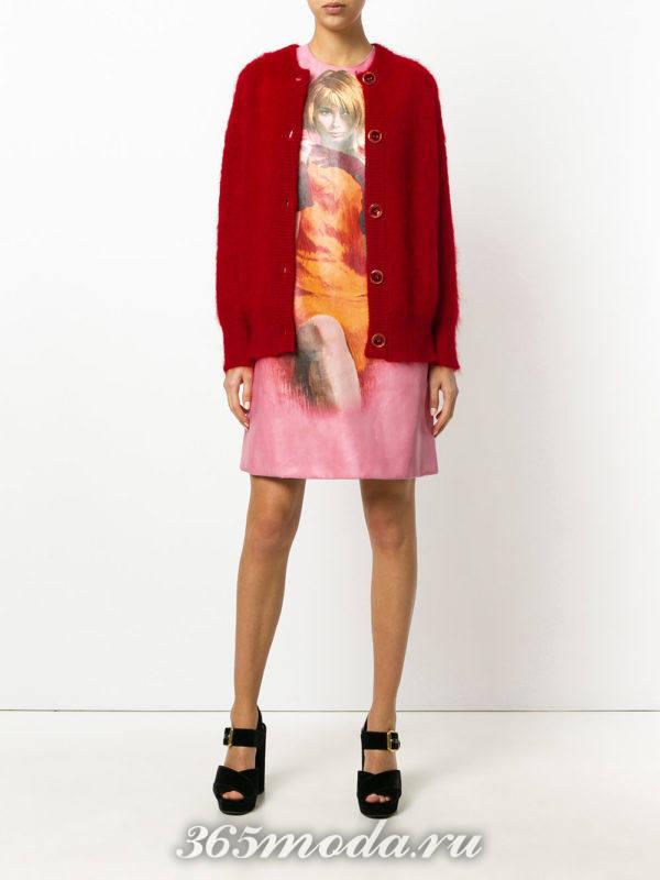 платье с изображением и красный кардиган