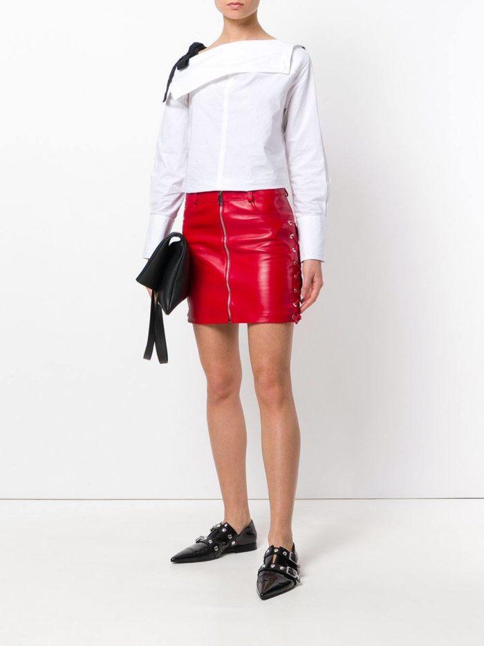 Модные цвета осень-зима 2019-2020: кожаная мини юбка и белая блуза