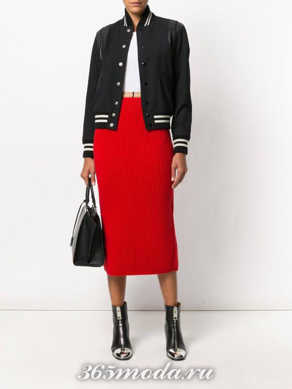 красная юбка карандаш и черный бомбер