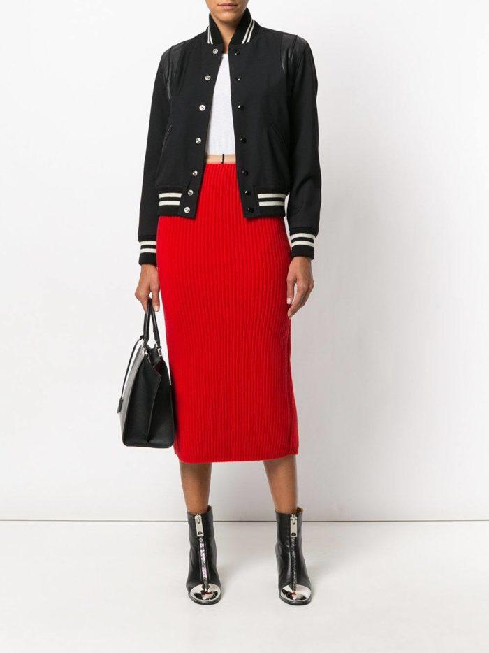 Модные цвета осень-зима 2019-2020: красная юбка карандаш и черный бомбер