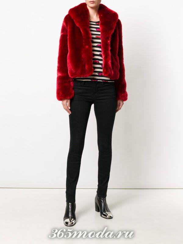 красная короткая шуба и брюки скинни