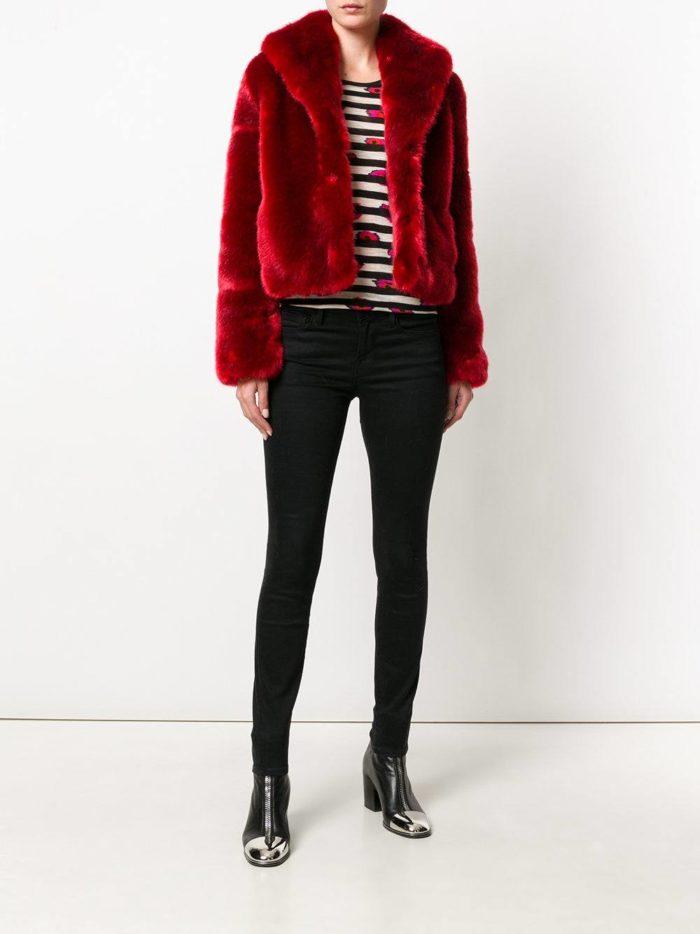 Модные цвета осень-зима 2019-2020: красная короткая шуба и брюки скинни