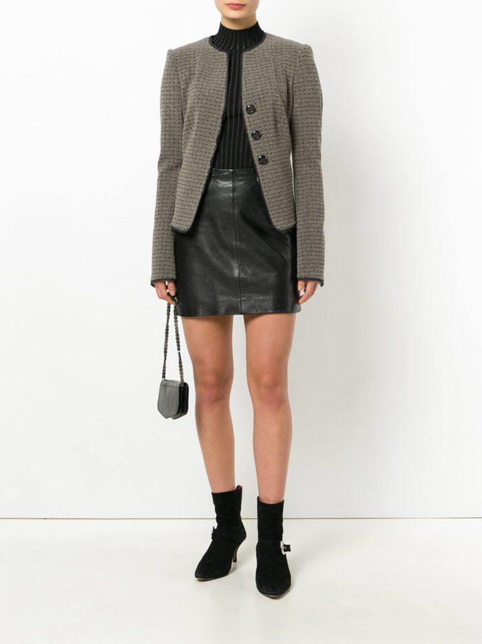 Модные цвета осень-зима 2019-2020: кожаная мини юбка и пиджак с принтом