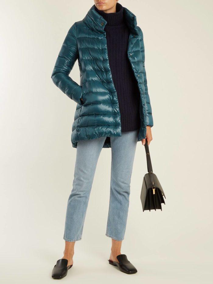 Модные цвета осень-зима 2019-2020: синий пуховик и укороченные джинсы