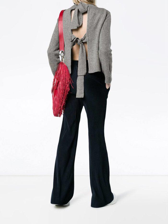 Модные цвета осень-зима 2019-2020: брюки клеш и кофта с открытой спиной