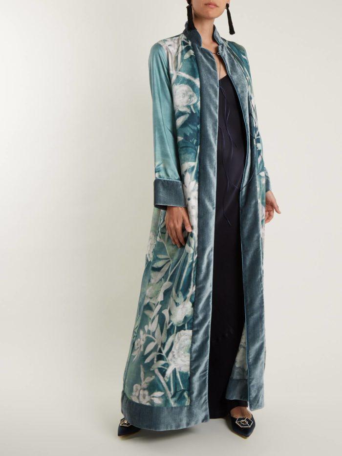 Модные цвета осень-зима 2019-2020: пальто-халат с принтом