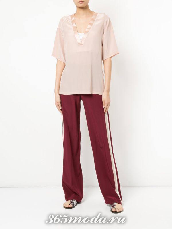 бордовые брюки клеш и розовая блуза