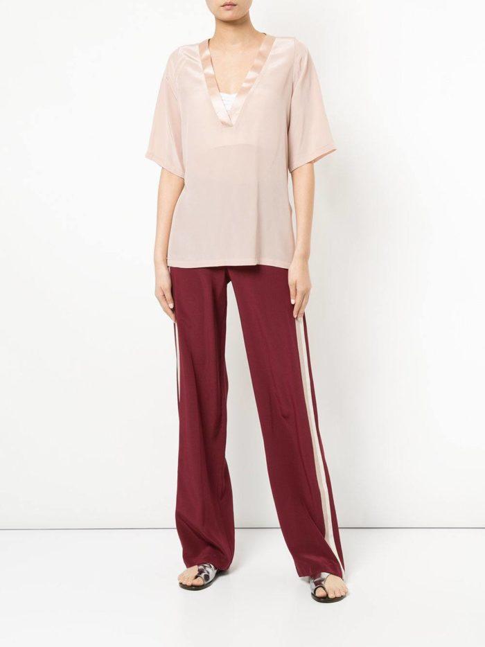 Модные цвета осень-зима 2019-2020: бордовые брюки клеш и розовая блуза