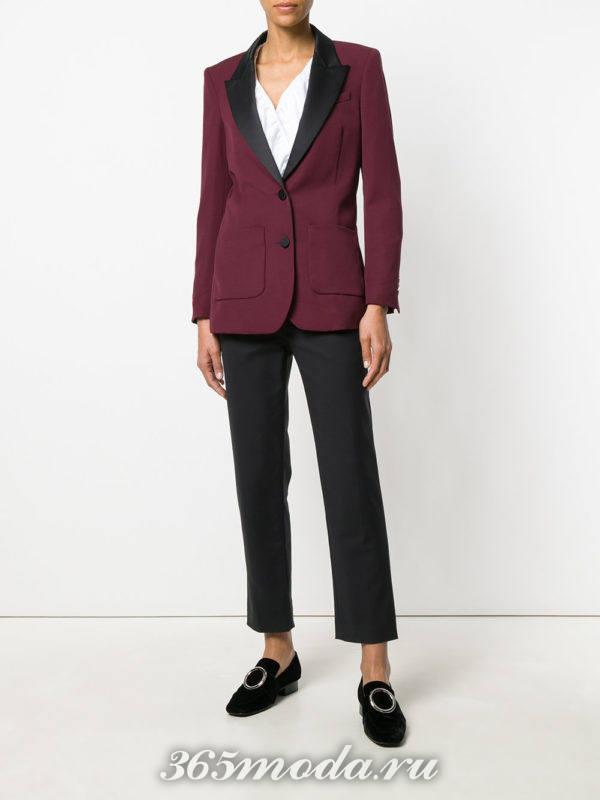 пиджак с отворотом и черные брюки