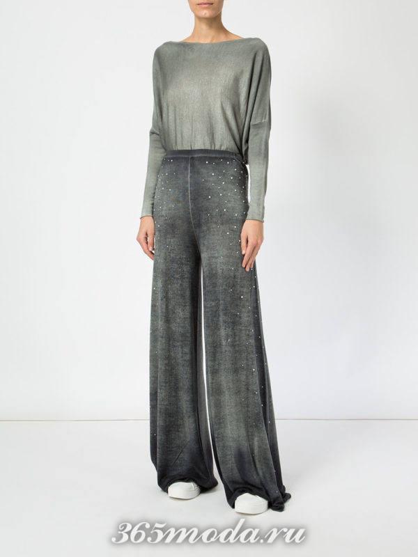 серые брюки клеш и блузка