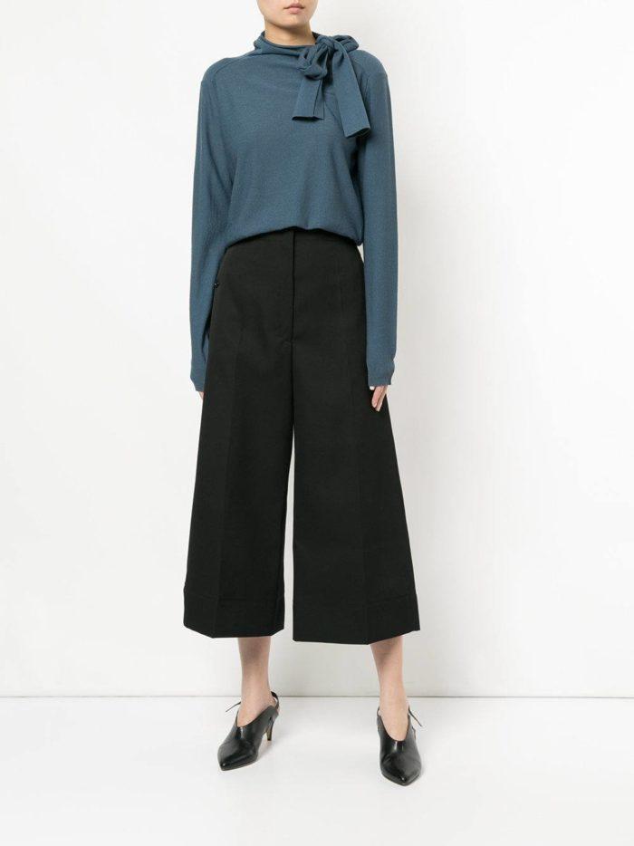 Модные цвета осень-зима 2019-2020: кардиган с бантом и черные брюки кюлоты