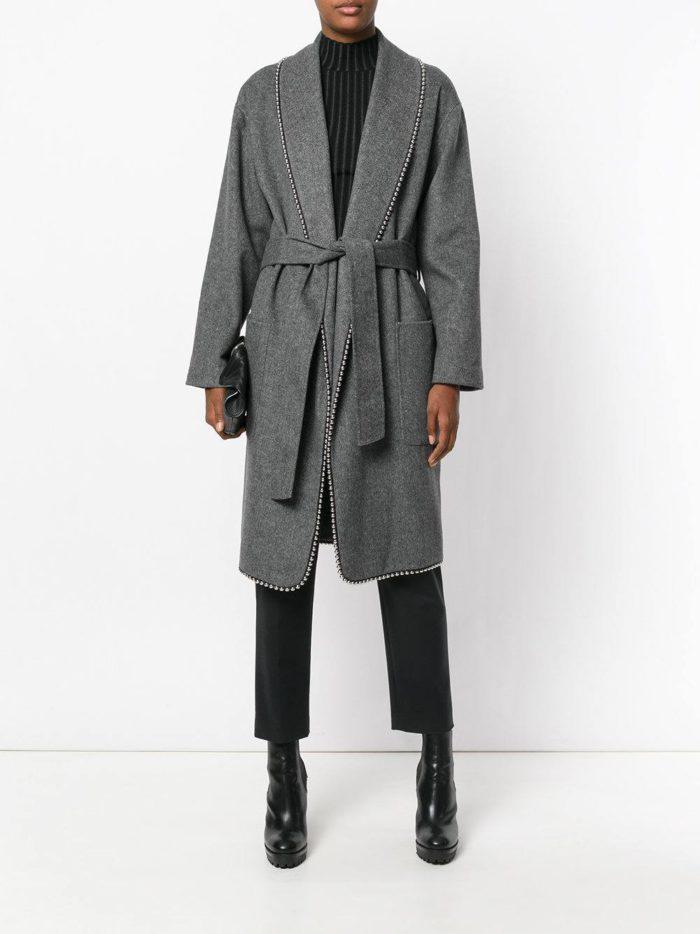 серое пальто миди с поясом