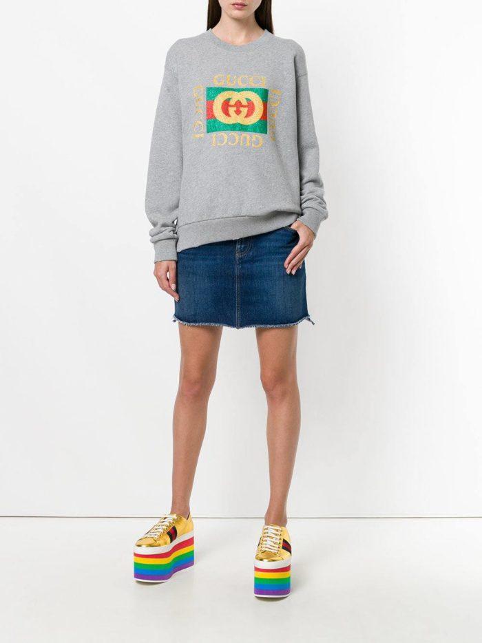 сирый свитшот и джинсовая мини юбка