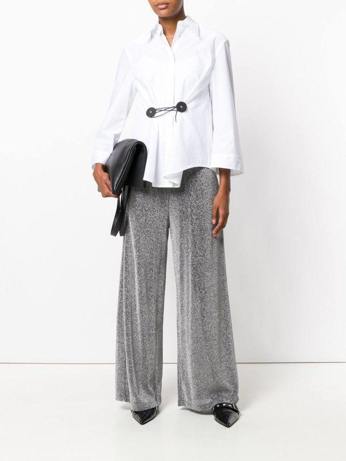 брюки клеш и белая блузка с декором
