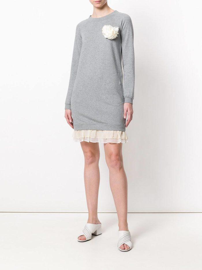 серое трикотажное платье с рюшей