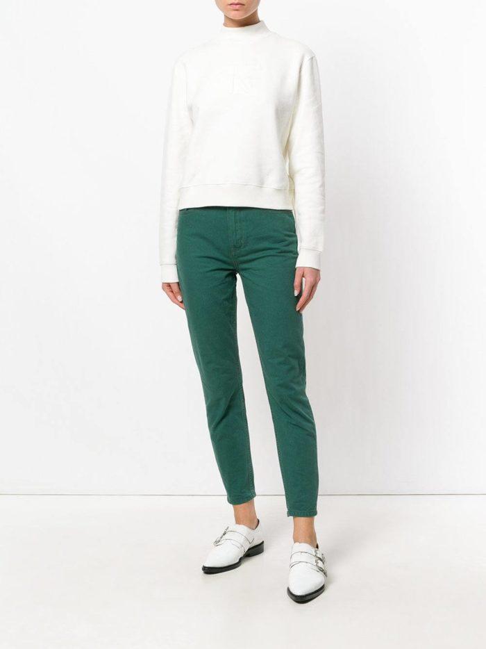 зеленые джинсы и белый свитшот