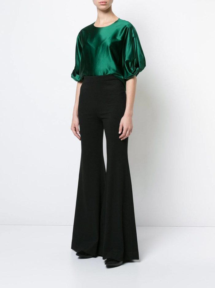 черные брюки клеш и зеленая блуза