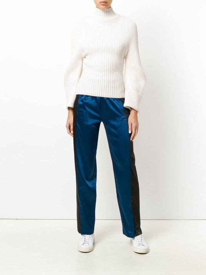 Модные цвета осень-зима 2019-2020: брюки с лампасами и белый свитер