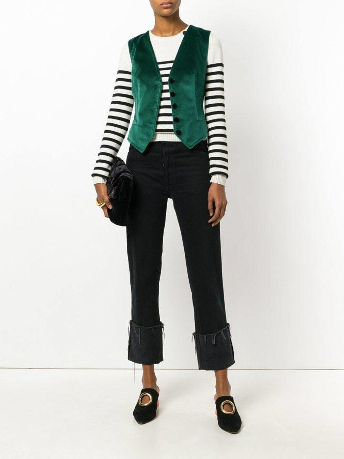 джинсы с отворотом и зеленая жилетка