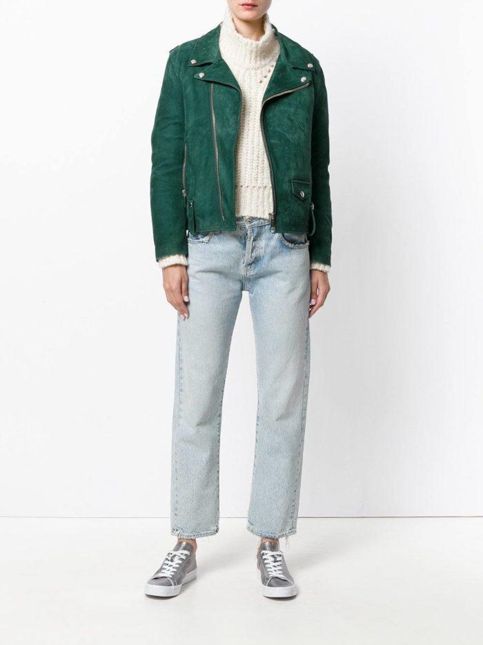 зеленая косуха и укороченные джинсы