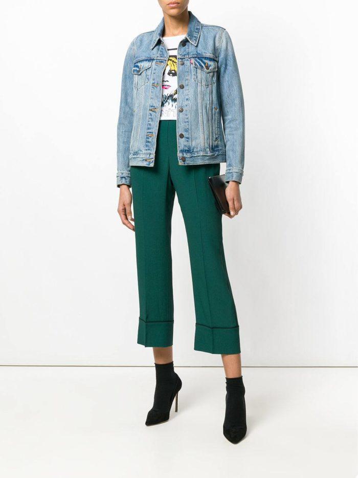 зеленые брюки и джинсовая куртка