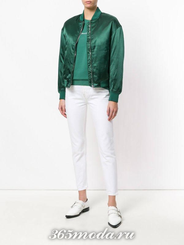 зеленый бомбер и белые брюки