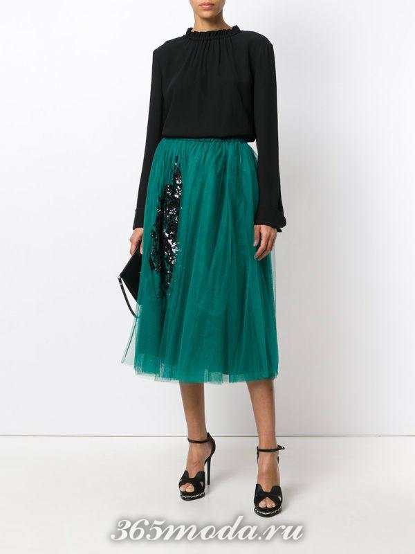 многослойная юбка миди и черная блуза