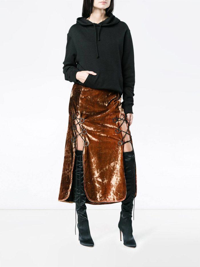 бархатная юбка с разрезами и черная толстовка