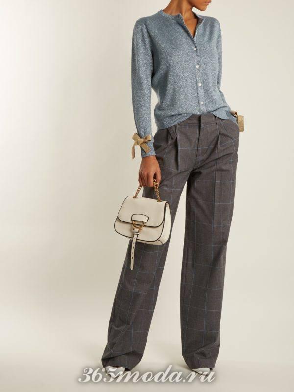 прямые брюки в клетку и кардиган с декором