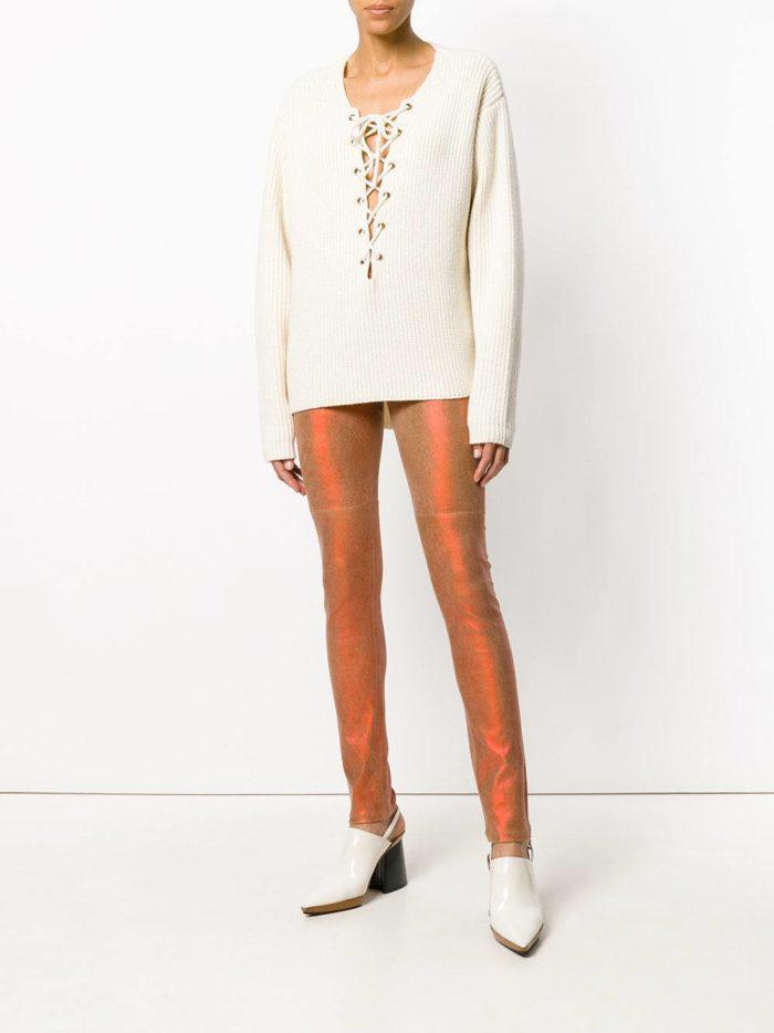 блестящие брюки скинни и свитер с декором и