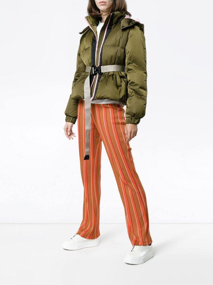 брюки с принтом и зеленая куртка