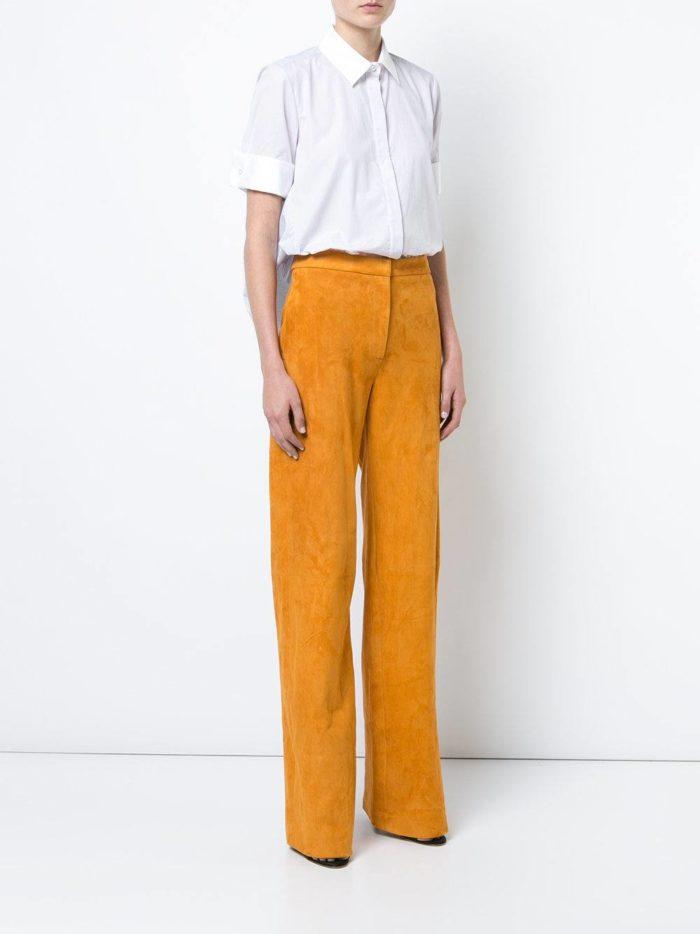 прямые желтые брюки и белая блузка