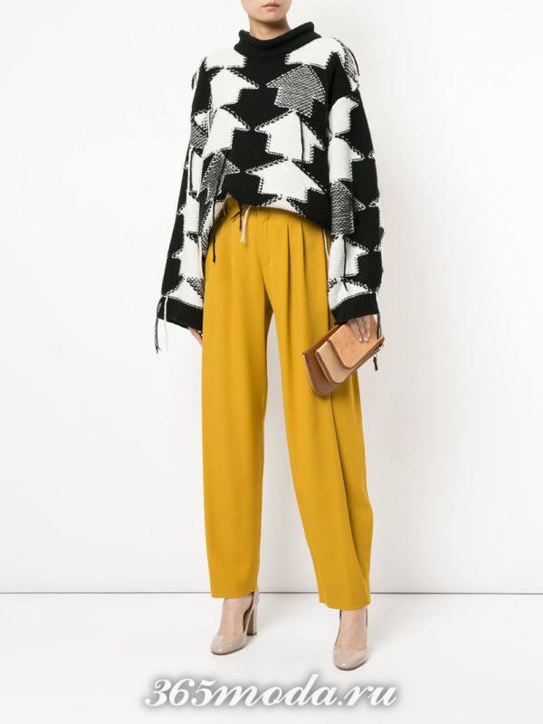 брюки бананы и асимметричный свитер с принтом