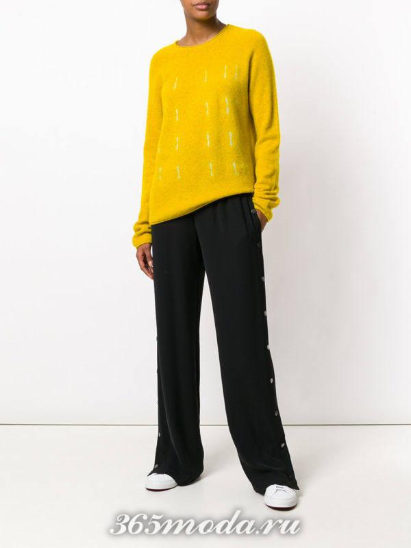 черные широкие брюки и желтый свитер