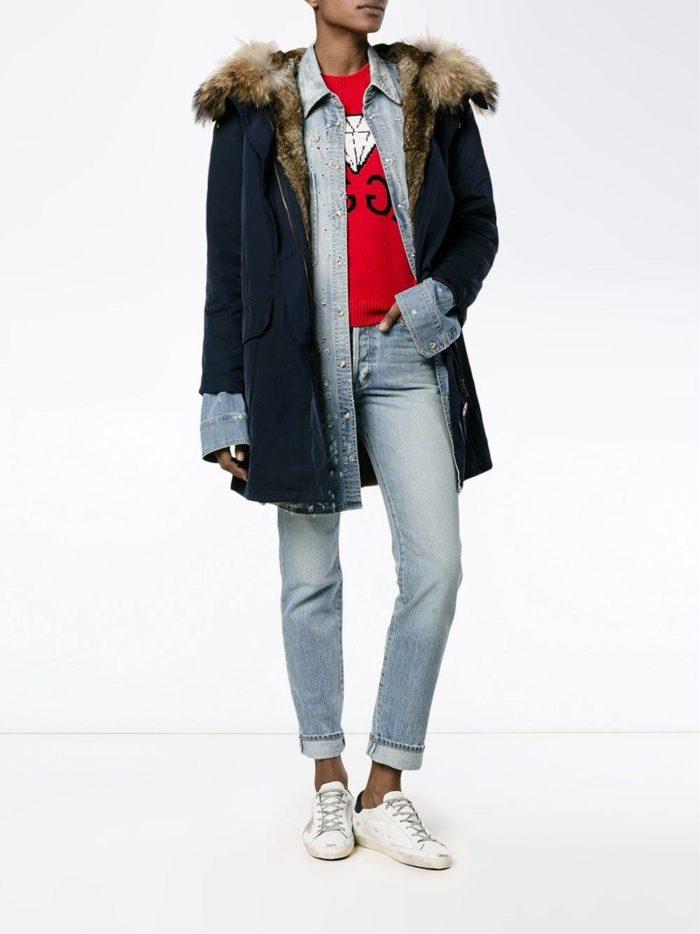 Модные цвета осень-зима 2019-2020: синяя парка с капюшоном и укороченные джинсы