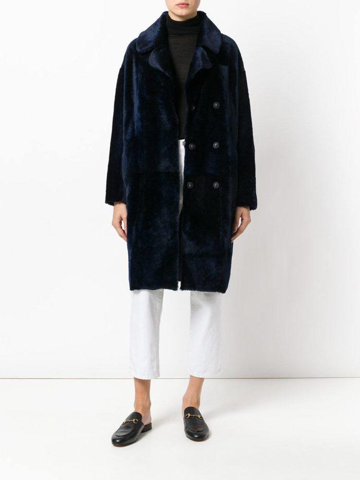 Модные цвета осень-зима 2019-2020: синяя шуба миди и белые брюки