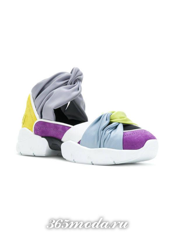 разноцветные кроссовки с вырезами